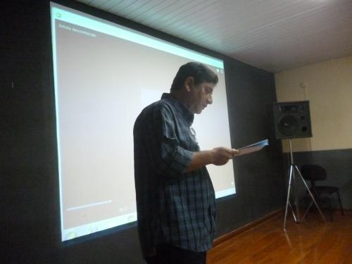 Alfredo Garcia lê um dos originais