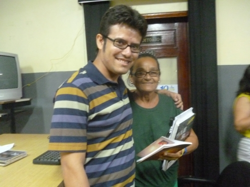 O professor Alfredo Hesse com uma das alunas sorteadas com livros